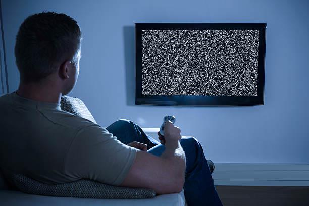 Телевизор после включения: пищит, щелкает, плохо показывает.